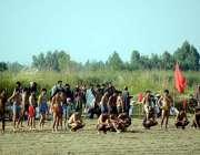 اٹک: موسیٰ گاؤں میں ہونے والے کبڈی کے میچ کے موقع پر کھلاڑی گراؤنڈ میں ..