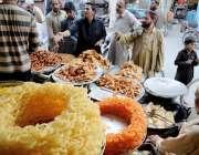 کوئٹہ: طوغی روڈ پر شہری افطاری سے قبل سموسے پکوڑے خرید رہے ہیں۔