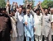 راولپنڈی: چھاپہ فروش ریڑھی بان ٹی ایم اے آفس کے باہر میونسپل کارپوریشن ..