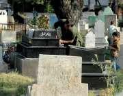 راولپنڈی: شہری اپنے پیاروں کی قبروں کی صفائی کر رہے ہیں۔