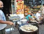 حیدر آباد: ایک دکاندار فروخت کے لیے سموسے فرائی کر رہا ہے۔