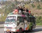 مظفر آباد: سمبہ ہوتریڑی جانیوالی کوسٹر میں مسافر اپنی جانوں کو خطرے ..