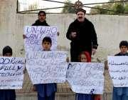 پشاور: لنڈی کوتل کے رہائشی سجاد علی خان اپنے بچوں کے ہمراہ ڈبلیو ایچ ..