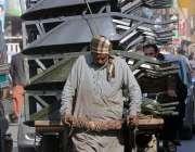راولپنڈی: ایک مزدور ہتھ ریڑھی پر بھاری سامان رکھ کر لیجا رہا ہے۔