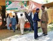 اسلام آباد: سستے رمضان بازار میں خریدو فروخت کے لیے آئے شہری کی تلاشی ..