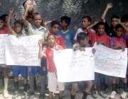 حیدر آباد: کچہ قلعہ کے رہائشی بچے فٹ بال گراؤنڈ نہ ہونے کے خلاف احتجاج ..