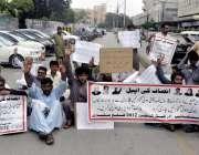 کراچی: کراچی پریس کلب کے سامنے ضلع مٹیاری کے اساتذہ اپنی دو سال کی تنخواہیں ..