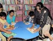 لاہور: چلڈرن کمپلیس میں لیڈی ٹیچرز سپیشل بچوں کو پڑھا رہی ہیں۔