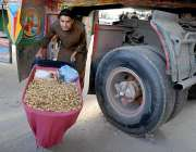 راولپنڈی: دھرنے کے باعث راستے بند ہونے سے ایک محنت کش ہتھ ریڑھی لیے ..