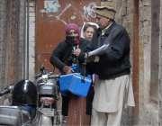 راولپنڈی: پولیو ہیلتھ ورکر بغیر سیکیورٹی کے مری روڈ کی گلیوں میں اپنے ..