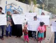 کراچی: کراچی پریس کلب کے سامنے سچل گوٹھ کے رہائشی صحافی دیدار امرت شابرانی ..