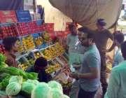 لاہور: چیئرمین پرائس کنٹرل کمیٹی میاں عثمان واپڈا ٹاؤن کی اوپن مارکیٹ ..
