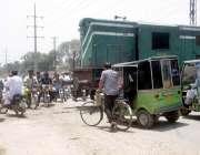 لاہور: ویٹ مین روڈ مغلپورہ میں پھاٹک نہ ہونے کے باعث شہری ا پنی جان خطرے ..