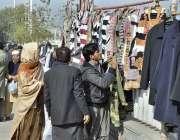 اسلام آباد: سڑک کنارے لگے سٹال سے شہری سویٹر اور جرسیاں پسند کر رہے ..