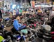 راولپنڈی: کمرشل مارکیٹ مین روڈ پر موٹر سائیکل پارک ہیں جس سے ٹریفک جام ..