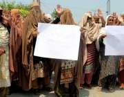 پشاور: گنڈا مار خواتین حیات آباد پولیس کیخلاف احتجاجی مظاہرہ کر رہی ..