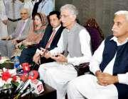 پشاور: وزیر اعلیٰ خیبر پختونخوا پرویز خٹک پریس کانفرنس سے خطاب کر رہے ..