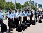 اسلام آباد: مریم نواز شریف کی جے آئی ٹی میں پیشی کے موقع پر پولیس اہلکار ..