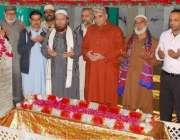 لاہور: دربار حضرت یعقوب شاہ زنجانی کے مزار کو غسل دینے کی تقریب کے بعد ..