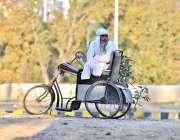 اسلام آباد: ایک معذور شخص سردی کی شدت سے بچنے کی لیے دھوپ سے لطف اندوز ..
