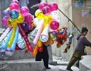 راولپنڈی: ایک کمسن بچہ اپنا ااور اپنے گھر والوں کاپیٹ پالنے کے لیے غبارے ..