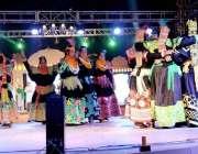 پشاور: تین رزہ ہنر میلے میں کالاش خواتین ثقافتی رقص پیش کر رہی ہیں۔