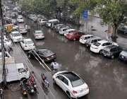لاہور: شہر میں ہونے والی بارش کے بعد مال روڈ کا منظر۔