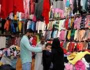 راولپنڈی: سردی میں اضافے کے باعث شہری گرم کپڑوں کی خریداری کر رہے ہیں۔