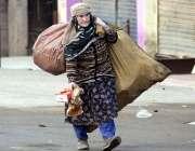 راولپنڈی: خانہ بدوش خاتون کار آمد اشیاء تلاش کر رہی ہے۔