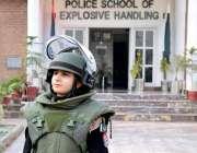 پشاور: بم ڈسپوزل یونٹ کی پہلی خاتو ن اہلکار رافعہ قسیم بیگ نے اے این ..