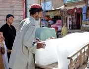 کوئٹہ: صوبائی دارالحکومت کی دکان میں برف سپلائی کے لیے ایک شخص ریڑھے ..