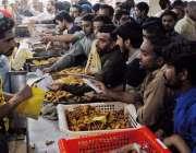 راولپنڈی: مری روڈ پر شہری افطاری کے لیے پکوڑے سموسے خرید رہے ہیں۔