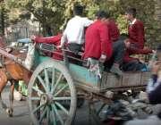لاہور: سکول سے چھٹی کے بعد بچی تانگے پر گھروں کو جا رہے ہیں۔