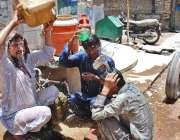 حیدر آباد: شہری گرمی کی شدت کم کرنے کے لیے نہا رہے ہیں۔