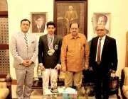 کراچی: صدر پاکستان ممنون حسین کا عالمی آٹس چمپئن ایس ایس یوکمانڈو خان ..