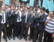 لاہور: لاہور ہائیکورٹ بار ایسوسی ایشن کے زیراہتمام وکلاء منہ پر انگلیاں ..