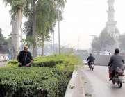 لاہور: پی ایچ اے کا ملازم شادمان چوک میں گرین بیلٹ پر پودوں کی کٹائی ..