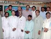 اٹک: شعراء کرام کے ساتھ ڈپٹی کمشنر رانا اکبر حیات کا گروپ فوٹو۔