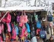 راولپنڈی: ایک محنت کش سکول بیگ سجائے گاہکوں کا منتظر ہے۔