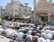 کوئٹہ: رمضان المبارک کے تیسرے جمعہ کے موقع پر روزہ دار نماز جمعہ ادا ..