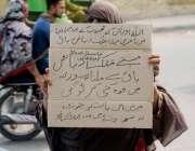 لاہور: بیگم پورہ کی رہائشی خاتون اپنے مطالبات کے حق میں پریس کلب کے ..