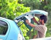 اسلام آباد: یوم آزادی کے موقع پر ایک نوجوان اپنی گاڑی پر قومی پرچم سجا ..