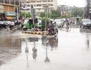 لاہور: شملہ پہاڑی چوک میں بارش کے بعد ٹریفک رواں دواں ہے۔
