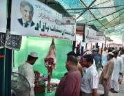 سیالکوٹ: شہری سستے رمضان بازار میں لگے کوشت کے سٹال سے خریداری کر رہے ..