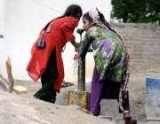 لاہور: دو بچیاں شدید گرمی میں پیاس بجھانے کے لیے ہینڈ پمپ سے پانی پی ..