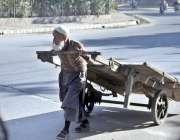 لاہور: ایک بزرگ محنت کش ہتھ ریڑھی کھینچ کر لیجا رہا ہے۔
