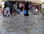 راولپنڈی: ڈھوک حسو چوک میں سیوریج کے گندے پانی سے شہری گزر رہے ہیں جس ..