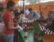 لاہور: خواتین سستے رمضان بازار سے خریداری کر رہی ہیں۔