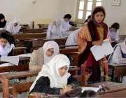 حیدر آباد: شاہ لطیف گرلز کالج کے امتحانی سینٹر میں طالبات بی اے کا پیپر ..