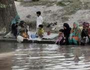 لاہور: گرمی کی شدت کے باعث ایک فیملی نہر کنارے بیٹھی ہے۔